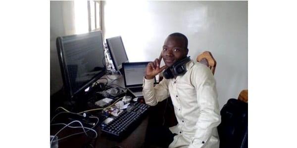 Photo de Génie : Ce jeune togolais de 22 ans fabrique des ordinateurs à bas prix pour les étudiants