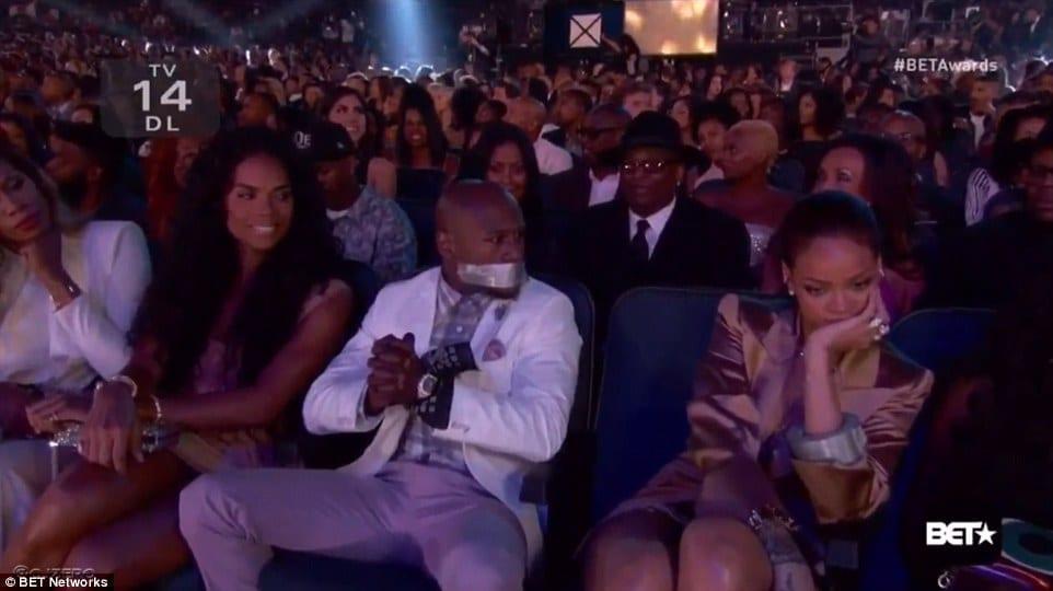 Photo de Incroyable!!! Rihanna scotch la bouche de FloydMayweather aux BET Awards ! (video)