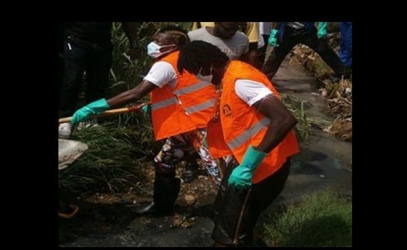 Photo de Asamoah Gyan et Emmanuel Adebayor nettoient les caniveaux au Ghana: photo+ Vidéo
