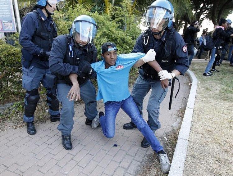 La-police-italienne-évacue-un-migrant-à-Vintimille
