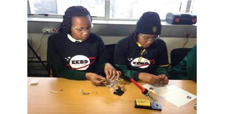 Photo de Afrique du sud: trois lycéennes fabriquent un satellite qui va être lancé en 2016