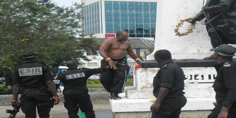 Photo de Cameroun : l'homme qui détruit les monuments français a été arrêté par la police locale