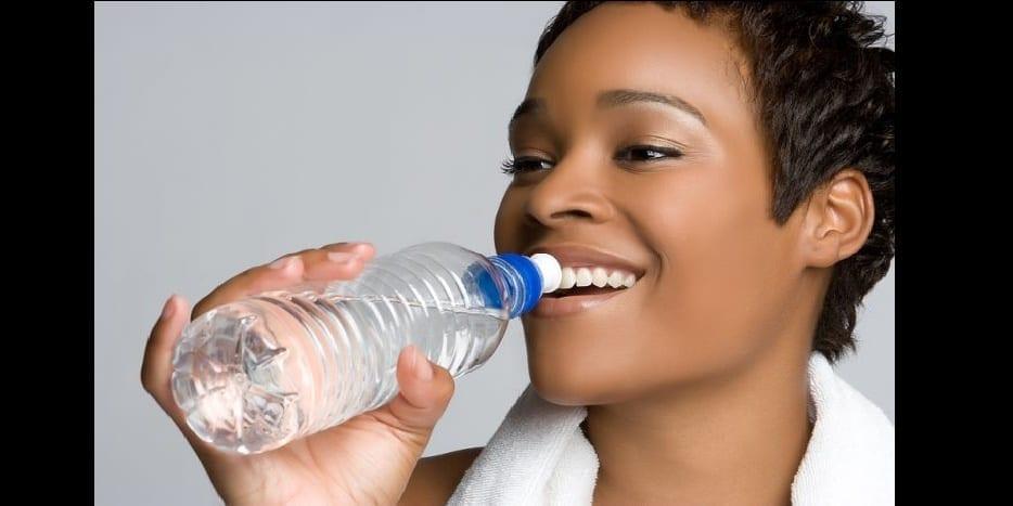Photo de Santé: pourquoi boire de l'eau à la sortie du lit est-il vital ?