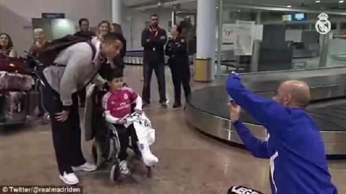 Photo de Cristiano Ronaldo: Il donne à un jeune fan handicapé quelque chose pour être heureux (PHOTOS)