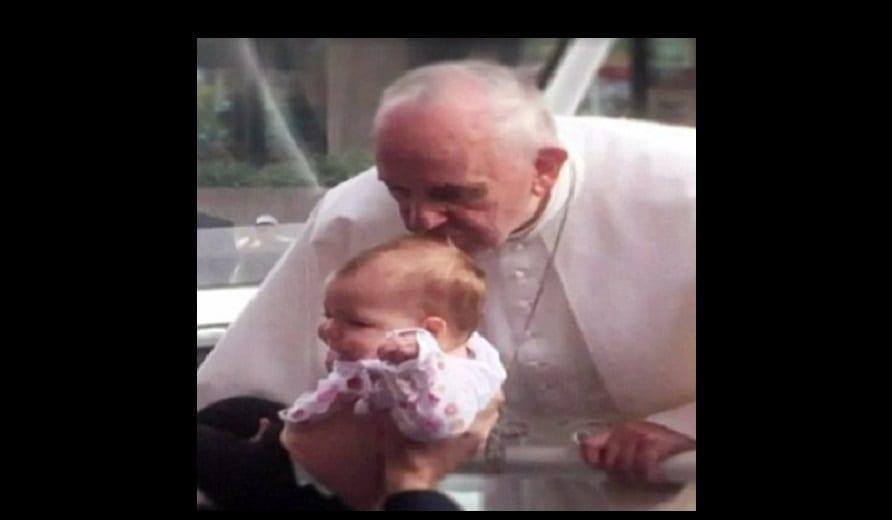 Photo de Pape François: Il aurait opéré un miracle en embrassant la tête de cette fillette (PHOTOS)