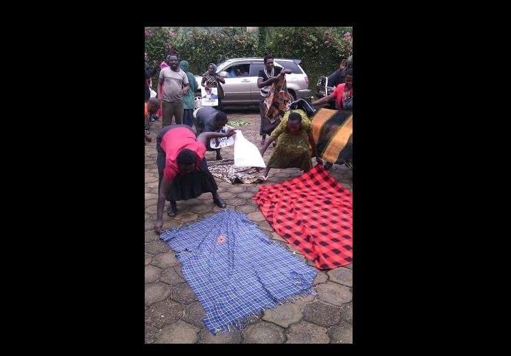 Photo de Ouganda: Les femmes recouvrent le sol de pagnes pour un candidat aux élections (PHOTO)