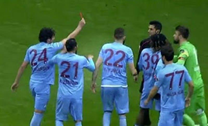 Photo de Turquie: Incroyable! Un joueur inflige le carton rouge à l'arbitre (VIDÉO)