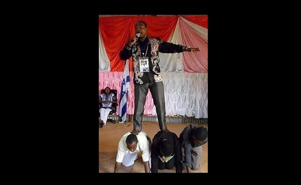 Photo de Tanzanie: Incroyable,Un pasteur se fait porter, ses pieds sont interdits au sol