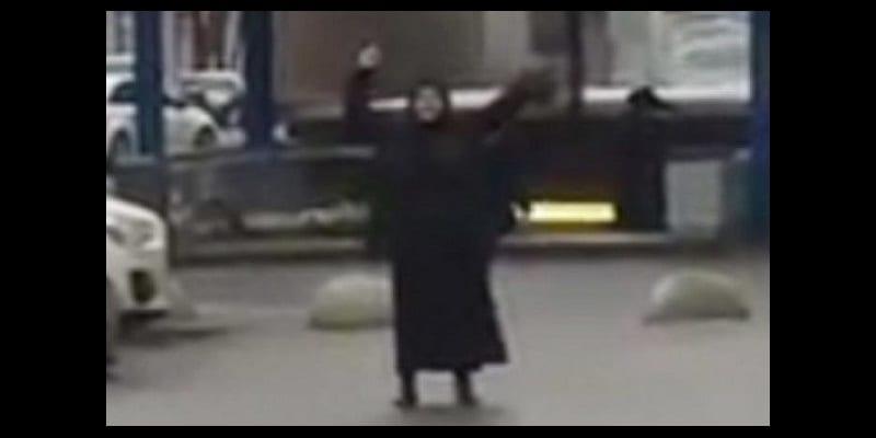 Photo de Une femme brandit la tête décapitée d'un enfant en plein centre-ville à Moscou