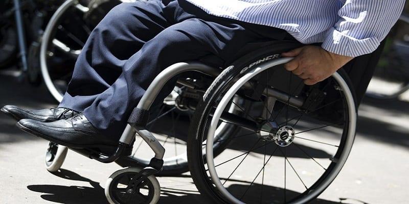 Photo de Un handicapé en fauteuil roulant braque une banque