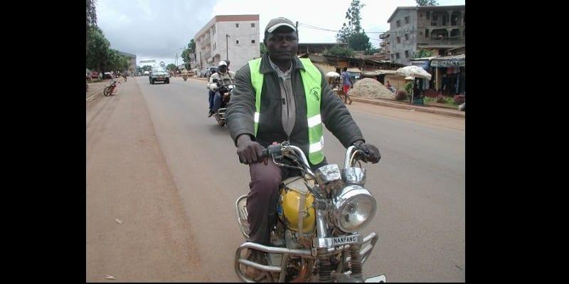 Photo de Cameroun: Un présumé voleur de moto trahi par la chasuble de sa victime