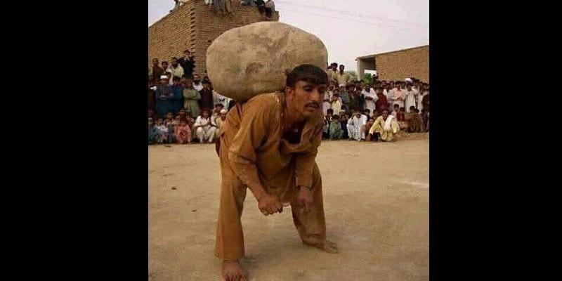 Photo de Pakistan: pour épouser une deuxième  femme, il faut porter une lourde pierre durant une heure
