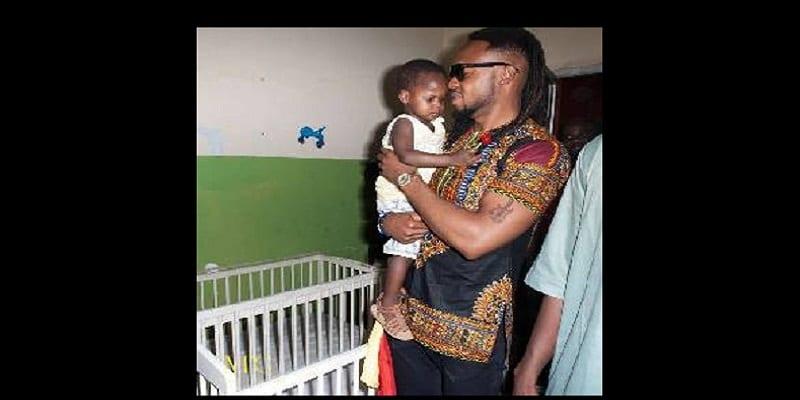 Photo de Flavour fait des dons aux enfants du Mali