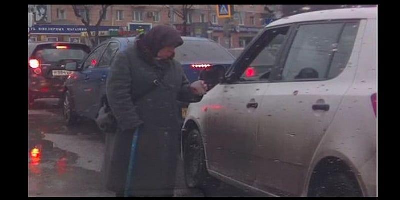 Photo de Russie: Jugeant insignifiant le montant, une mendiante retourne l'argent à son donneur (VIDÉO)