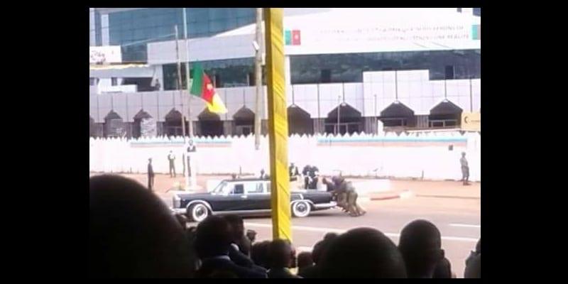 Photo de Fête nationale du Cameroun : la limousine du président de la république tombe en panne devant la tribune