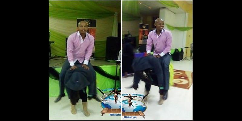 Photo de Le pasteur sud-africain Penuel ordonne à une fidèle de se transformer en cheval et monte sur son dos: PHOTO