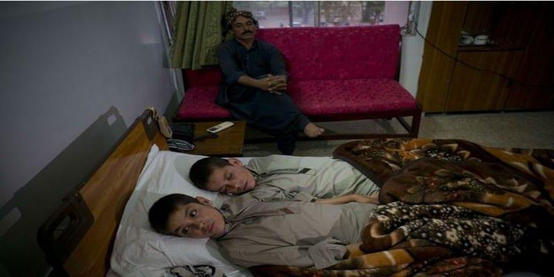 Photo de Une maladie de deux frères étonne le monde, valides le jour et paralysés la nuit