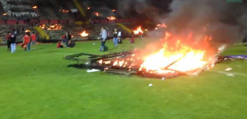 Photo de Des supporters mécontents de leur relégation mettent le feu au stade (vidéo)