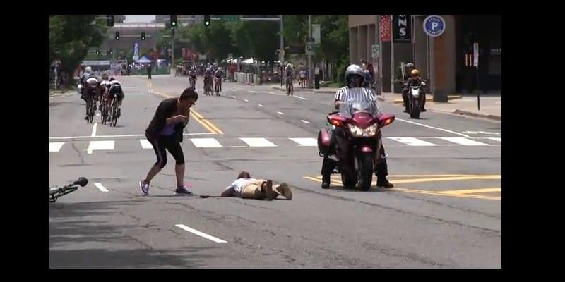 Photo de Des policiers américains neutralisent un cycliste qui traverse le convoi d'Obama