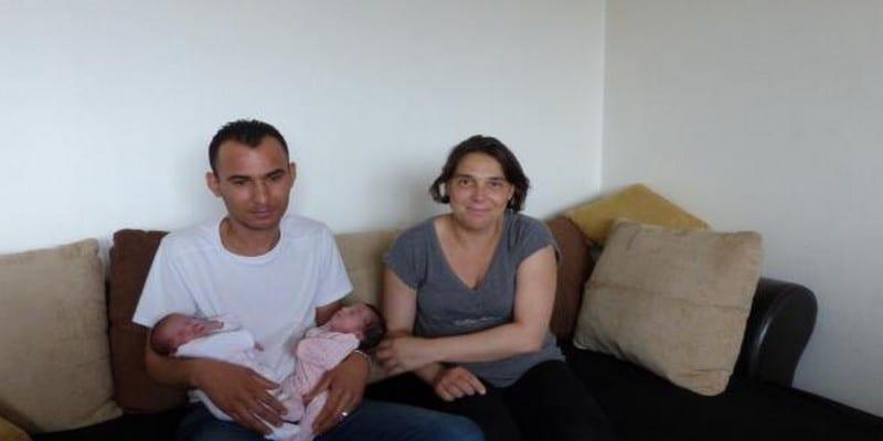 Photo de En pleine césarienne, le médecin coupe le doigt du bébé