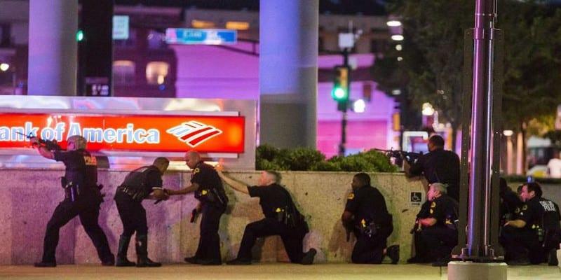 Photo de États-Unis : Deux snipers abattent 5 policiers, deux suspects arrêtés, pendant un rassemblement