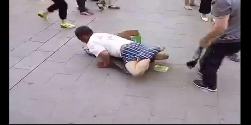 Photo de Un homme prétendant être handicapé pour mendier se fait prendre par un passant: VIDÉO