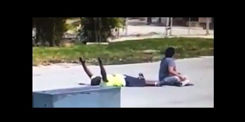 Photo de USA : la police tire sur un noir américain non armé, couché à terre et les bras levés…(VIDÉO)