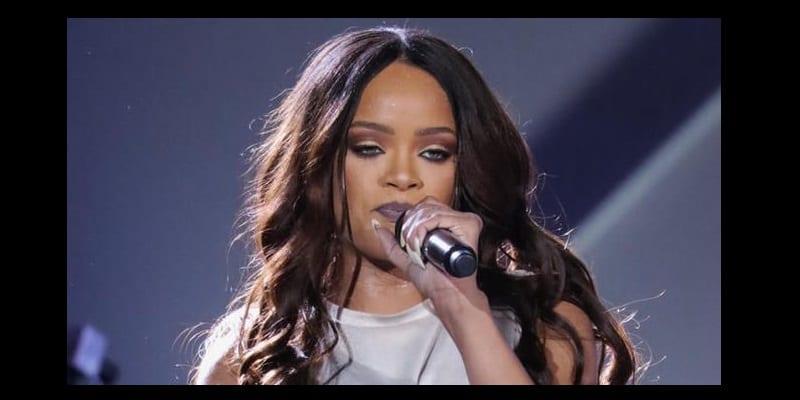Photo de Rihanna, la star afro-américaine démontre son amour aux français