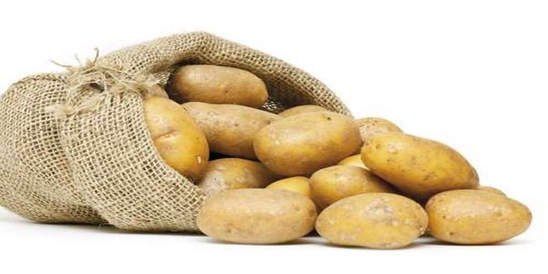 Photo de Un restaurateur  ouvre un sac de pommes de terre, vous n'allez jamais croire ce qu'il a découvert à l'intérieur