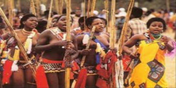 """Photo de Swaziland: Les jeunes femmes vierges célèbrent la """"Danse des Roseaux""""…photos"""