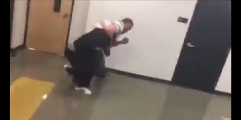 Photo de Un enseignant se bat avec son élève pour être arrivé en retard: PHOTOS / VIDÉO