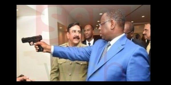 Photo de Sénégal: De vives critiques contre Macky Sall en le voyant tenir une arme à la main