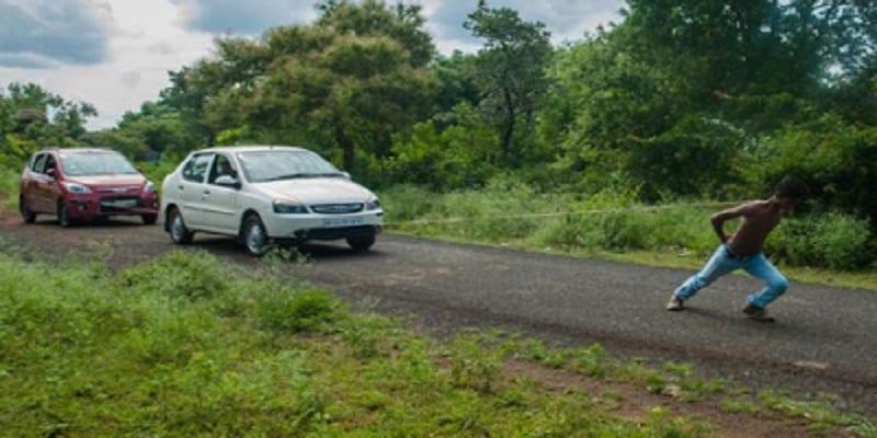 Photo de Un adolescent indien utilise ses omoplates pour tirer deux voitures: PHOTOS/ VIDÉO