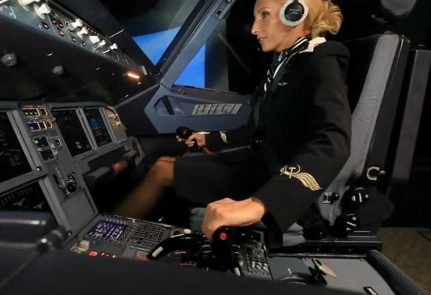 Photo de Les ébats s3xuels d'une hôtesse en plein vol scandalisent une compagnie aérienne
