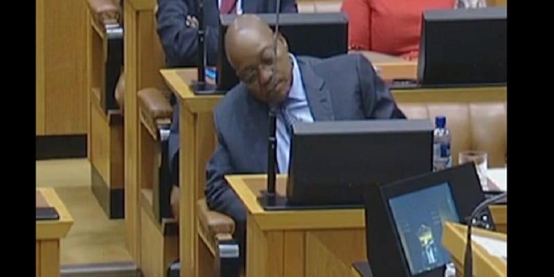 Photo de Le président Jacob Zuma s'endort plus d'une heure lors du discours du ministre des finances: VIDÉO