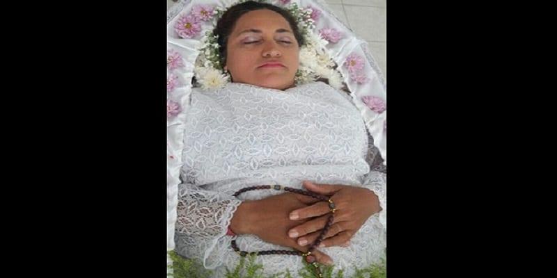 Photo de Elle prétend être morte pour faire l'expérience des funérailles: PHOTOS