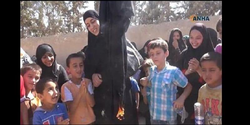 Photo de Des irakiennes jettent leurs niqabs après avoir été libérées des mains de Daech