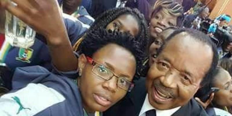 Photo de Cameroun: Paul Biya en mode selfie, et la toile s'enflamme. Photos