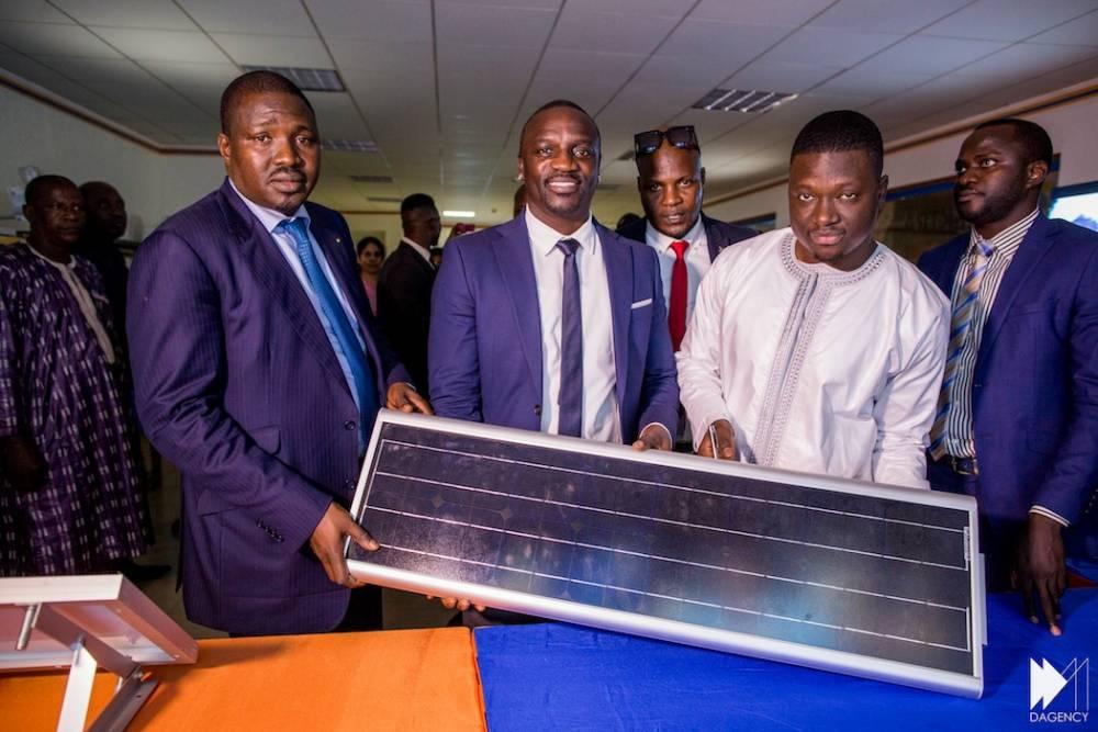 Photo de Akon inaugure une usine de lampadaires solaires à Bamako