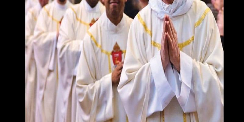 Photo de 11 prêtres catholique retraités militent pour mettre fin au célibat