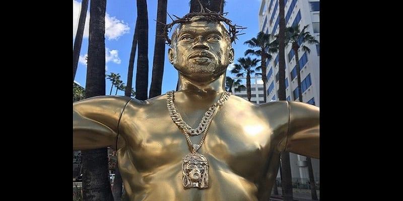 Photo de Une statue de Kanye West déguisé en Jésus crucifié sur Hollywood Boulevard