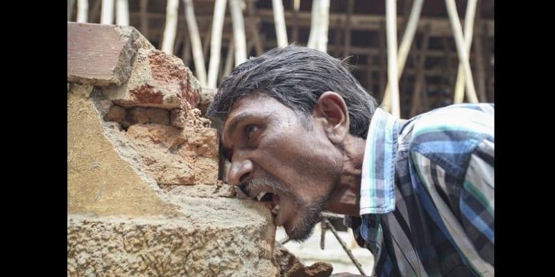 Photo de Pakkirappa Hunagundi, l'Indien qui mange des briques et de la boue: PHOTOS / VIDÉO