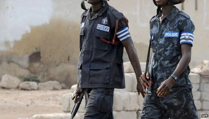 Photo de Ghana: deux élèves attaquent l'une de leurs camarades avec une arme à feu. La raison vous surprendra