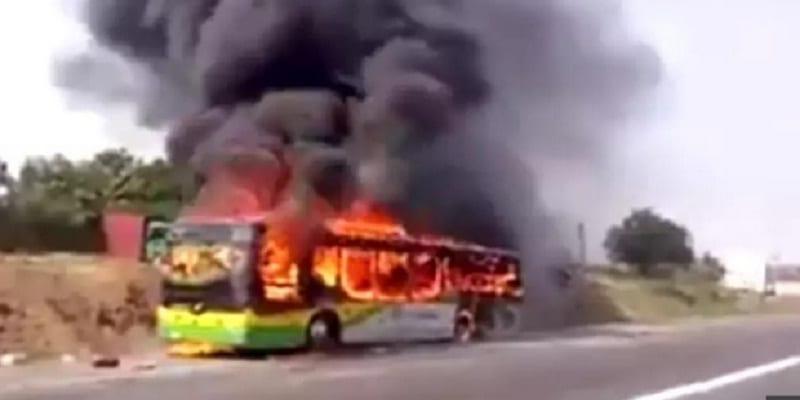 Photo de Ghana: un autobus  prend feu avec à son bord trente cinq passagers