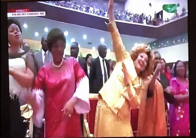 """Photo de Vidéo- Chantal Biya fait le """"DAB"""" lors de la prestation du rappeur TENOR de 18 ans"""