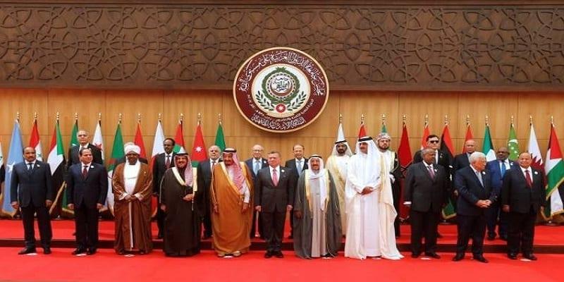Photo de Le président libanais fait une chute spectaculaire au sommet de la Ligue Arabe. Vidéo