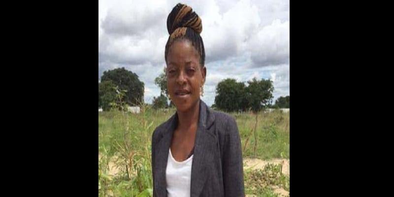 Photo de Une Namibienne reçoit un trophée pour avoir sauvé son mari
