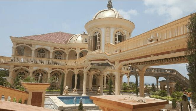 Photo de VIDEO : L'énorme et luxueuse villa d'un fonctionnaire provoque la colère des Camerounais sur la toile