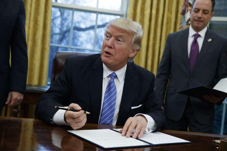 Photo de Donald Trump fait installer un bouton rouge sur son bureau ovale : voilà la raison!