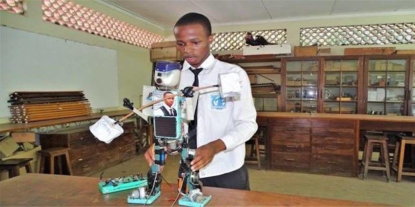 Photo de Technologie: un jeune lycéen tanzanien conçoit un robot à énergie solaire